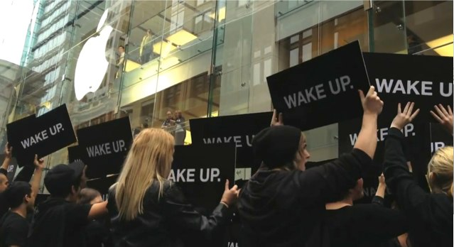 Samsung Hires Flashmob to 'WAKE UP' Apple Users